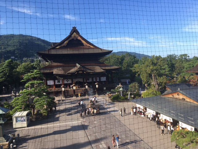 山門から見た善光寺本堂
